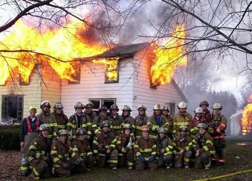 Hasiči se rádi fotí u ohně
