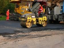 Fotogalerie - Pokládání nového asfaltu před hasičárnou